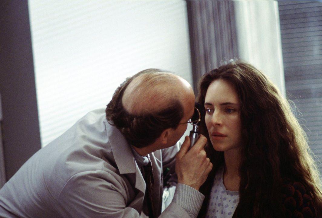 Der Augenarzt Dr. Ryan Pierce (Peter Friedman, l.) gibt Emma Brody (Madeleine Stowe, r.) durch eine Hornhaut-Transplantation ihre Sehkraft zurück -... - Bildquelle: Warner Bros.