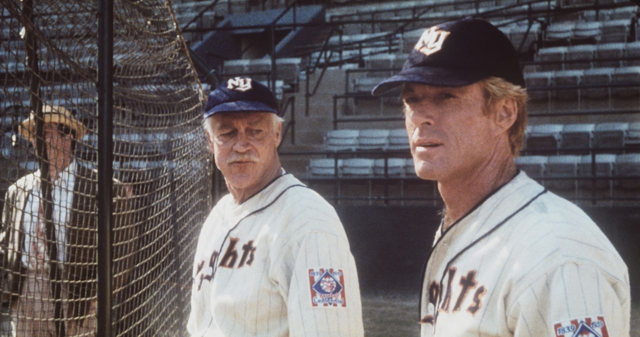 Eine Schussverletzung hat die Karriere des Baseballspielers Roy Hobbs (Robert Redford, r.) jäh beendet. Coach Red Blow (Richard Farnsworth, M.) ist... - Bildquelle: TriStar Pictures
