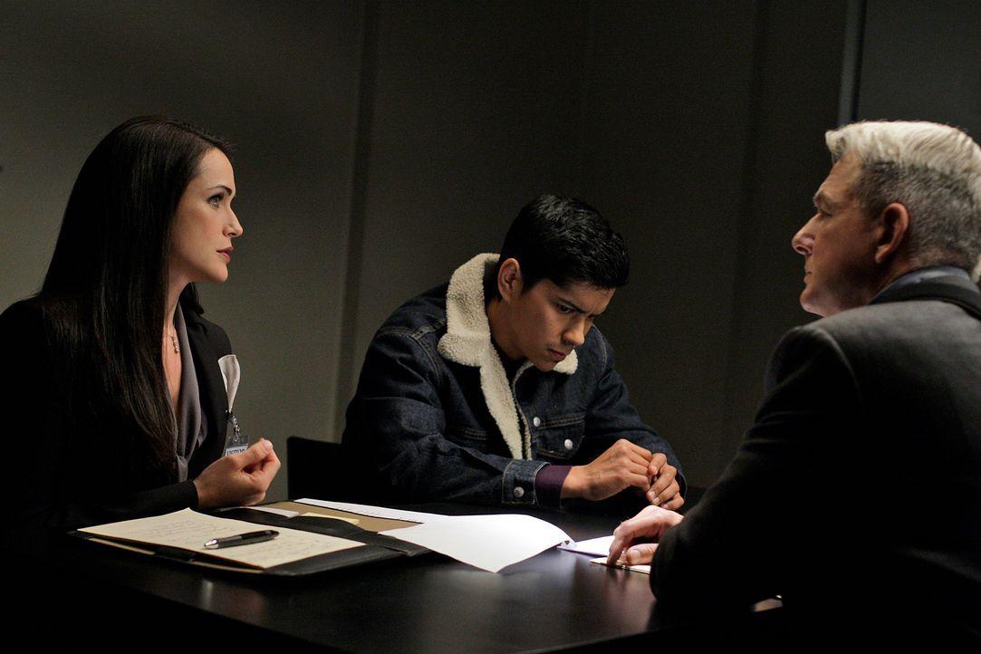 Alfonso Vega (Jeremy Ray Valdez, M.) ist mittlerweile Mandant der knallharten Anwältin Hart (Rena Sofer, l.), die Gibbs' (Mark Harmon, r.) Arbeit mi... - Bildquelle: CBS Television
