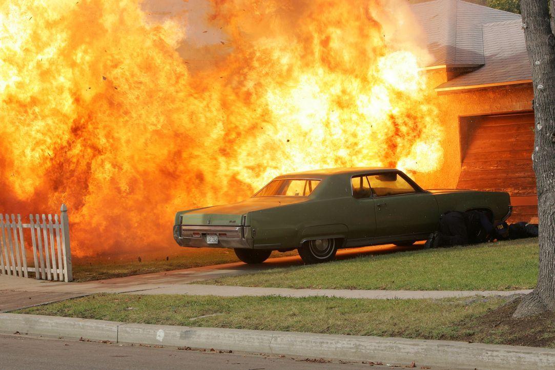 Während eines Einsatzes fliegt das Haus, in dem sich ein Drogenlabor befindet, in die Luft ... - Bildquelle: Paramount Network Television