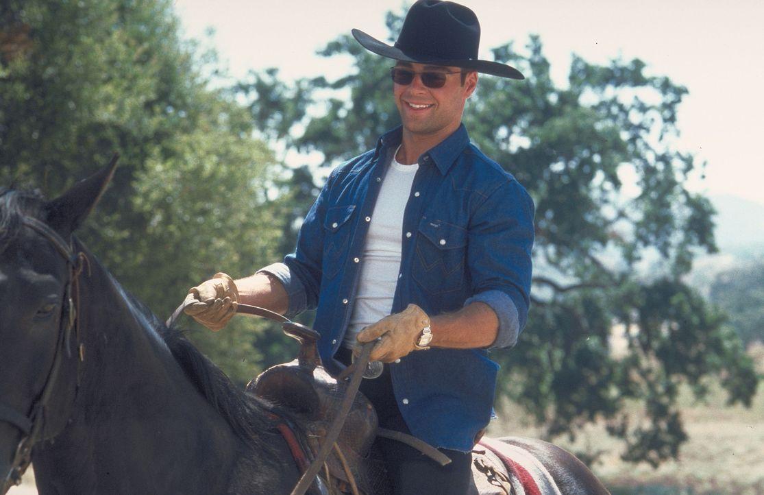 Langsam aber sicher findet der Großstädter Michael (Joey Lawrence) Gefallen am Leben auf der Ranch seiner Tante. - Bildquelle: Disney