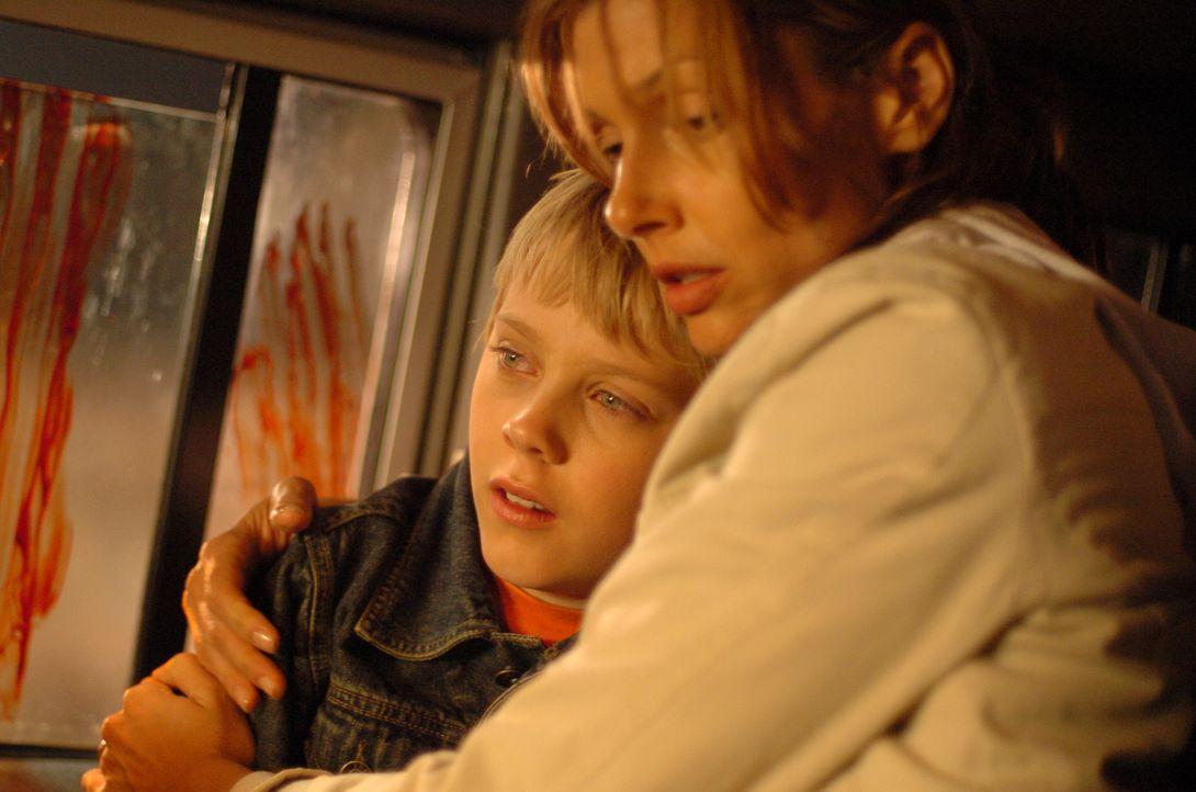 Für Amy (Bridget Moynahan, r.) und David (Connor Dowds, l.) beginnt ein Alptraum wahr zu werden. Mitten in der Pampa sind sie von ausgehungerten Löw...