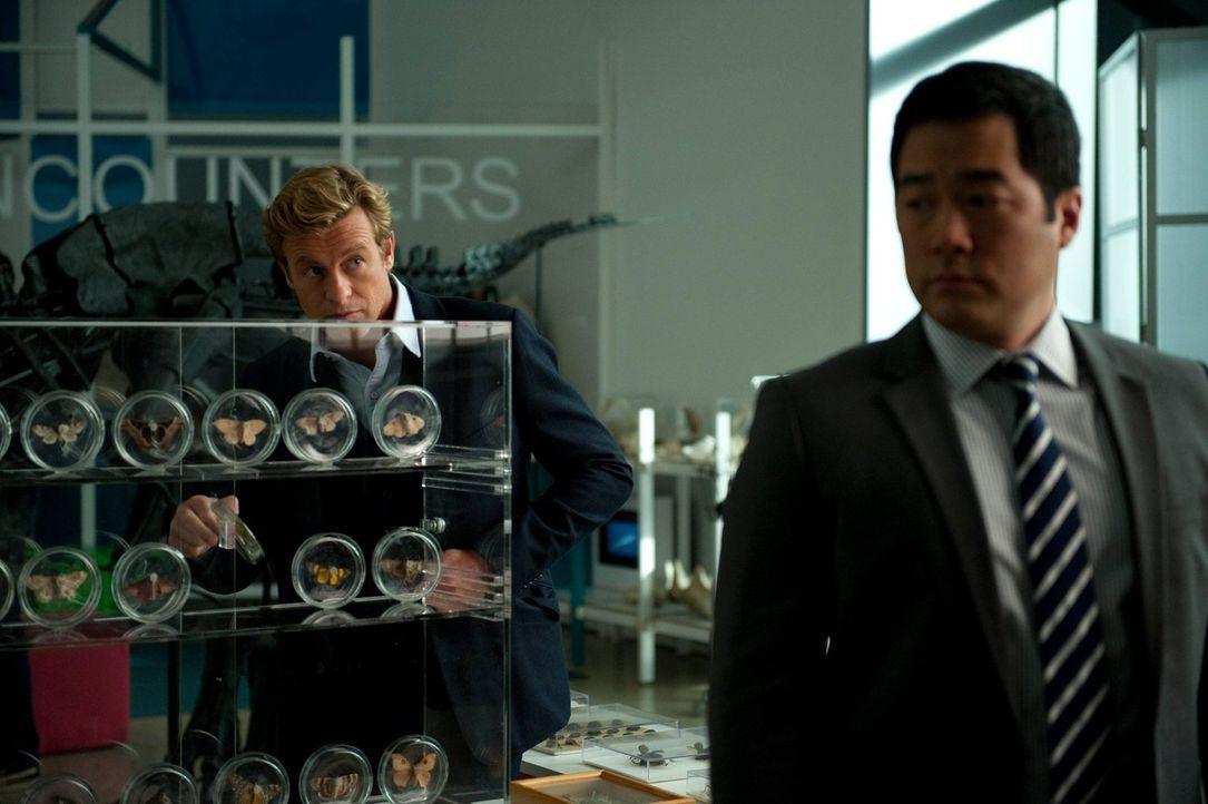 Ermitteln in einem neuen Mordfall: Patrick (Simon Baker, l.) und Kimball (Tim Kang, r.) ... - Bildquelle: Warner Bros. Television