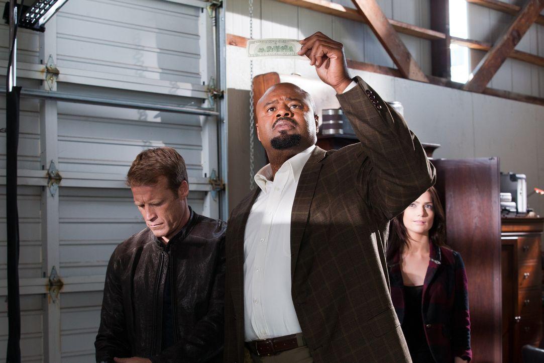 Chance (Mark Valley, l.), Ames (Janet Montgomery, r.) und Winston (Chi McBride, M.) wollen überprüfen, ob das Geld wirklich echt ist ... - Bildquelle: 2011  Warner Bros.