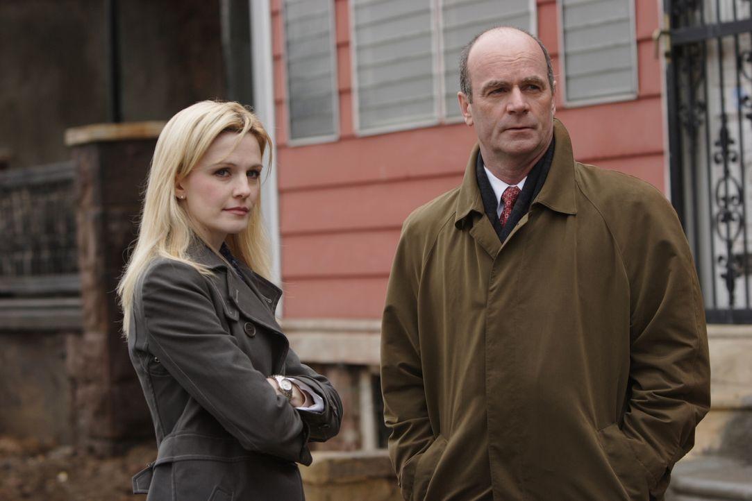 Lilly Ruh (Kathryn Morris, l.) und John Stillman (John Finn, r.) arbeiten an einem neuen Fall ... - Bildquelle: Warner Bros. Television