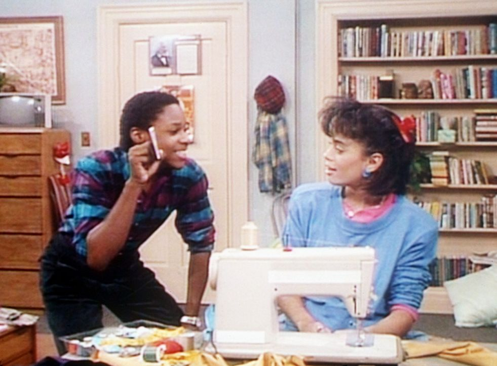 Theo (Malcolm-Jamal Warner, l.) zeigt Denise (Lisa Bonet, r.) ein Foto seiner Freundin Christine, bei der er mit einem echten Gordon-Gartrell-Hemd E... - Bildquelle: Viacom
