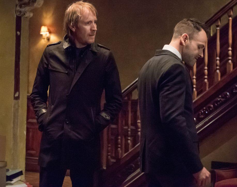 Ein Schock für die Brüder Sherlock (Jonny Lee Miller, r.) und Mycroft Holmes (Rhys Ifans, l.): Watson ist von der französischen Verbrecherorganisati... - Bildquelle: CBS Television