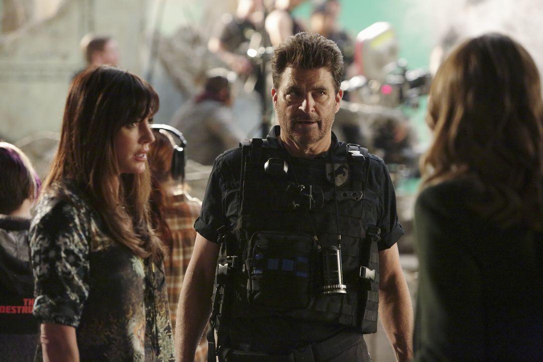 Können Naomi Duvray (Krista Allen, l.) und Brock Harmon (Ted McGinley, M.) Castle und Beckett (Stana Katic, r.) bei der Aufklärung eines neuen Mordf... - Bildquelle: ABC Studios