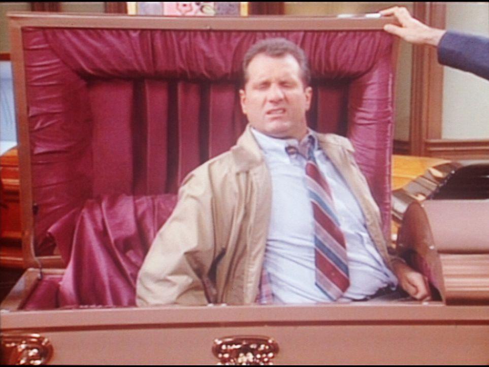 Al (Ed O'Neill) hat sich zum Probeliegen in einen Sarg gebettet. - Bildquelle: Columbia Pictures