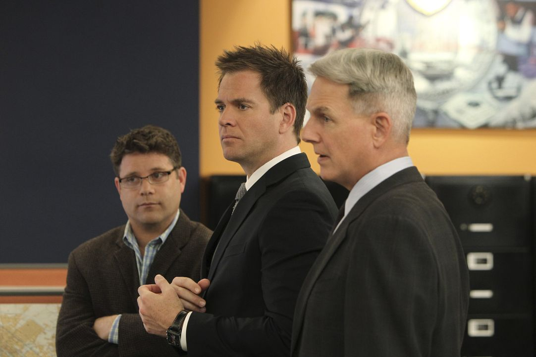 Suchen nach Hinweisen in einem neuen Fall: Tyler Elliott (Sean Astin, l.), Gibbs (Mark Harmon, M.) und Tony (Michael Weatherly, r.) ... - Bildquelle: 2012 CBS Broadcasting Inc. All Rights Reserved.
