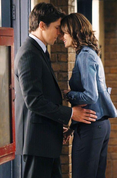 Castle wird Zeuge einer aufblühenden Romanze zwischen Demming (Michael Trucco, l.) und Beckett (Stana Katic, r.). Doch ein Mann wie er gibt nicht au... - Bildquelle: ABC Studios