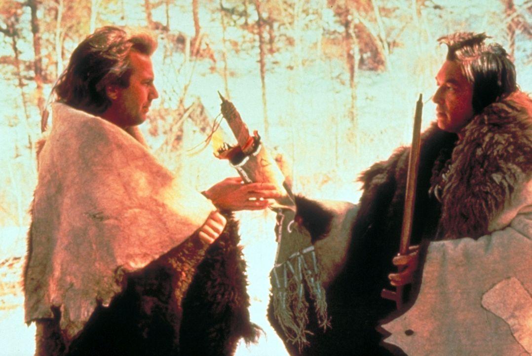 """Um """"seinen"""" Stamm vor dem Hass der Armee zu schützen, beschließt """"Der mit dem Wolf tanzt"""" (Kevin Costner, l.), fortzugehen. Schweren Herzens nimmt... - Bildquelle: Orion Pictures Corporation"""