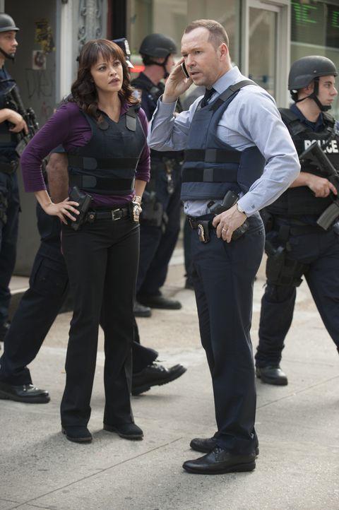 Zwei inhaftierte Frauen brechen aus dem Gefängnis aus. Als Danny (Donnie Wahlberg, r.) erfährt, dass es sich dabei um Rose handelt, die fälschlicher... - Bildquelle: Jeffrey Neira 2015 CBS Broadcasting Inc. All Rights Reserved.