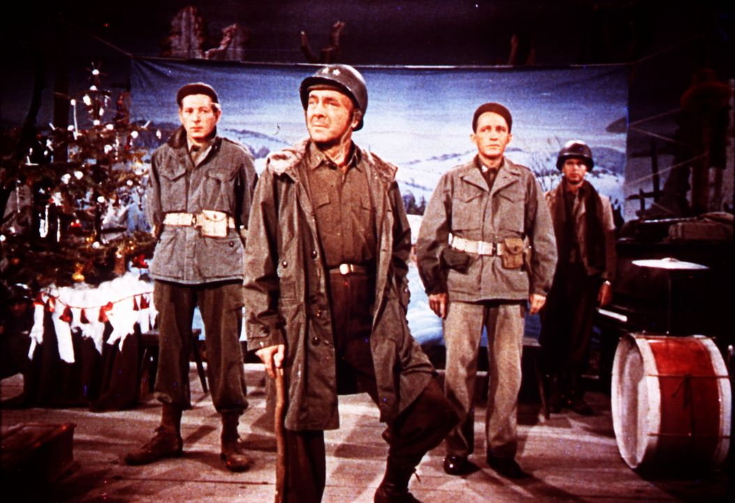 Um ihren früheren Divisions-Kommandeur General Waverly (Dean Jagger, M.) vor dem Ruin zu bewahren, geben die erfolgreichen Entertainer Bob Wallace... - Bildquelle: Paramount Pictures