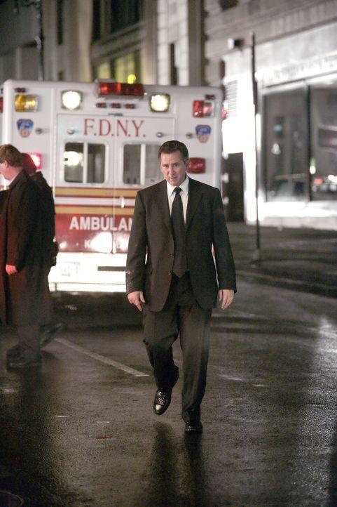 Jack Malone (Anthony LaPaglia) trifft am Ort des Geschehens ein - noch weiß er nicht, was wirklich passiert ist ... - Bildquelle: Warner Bros. Entertainment Inc.