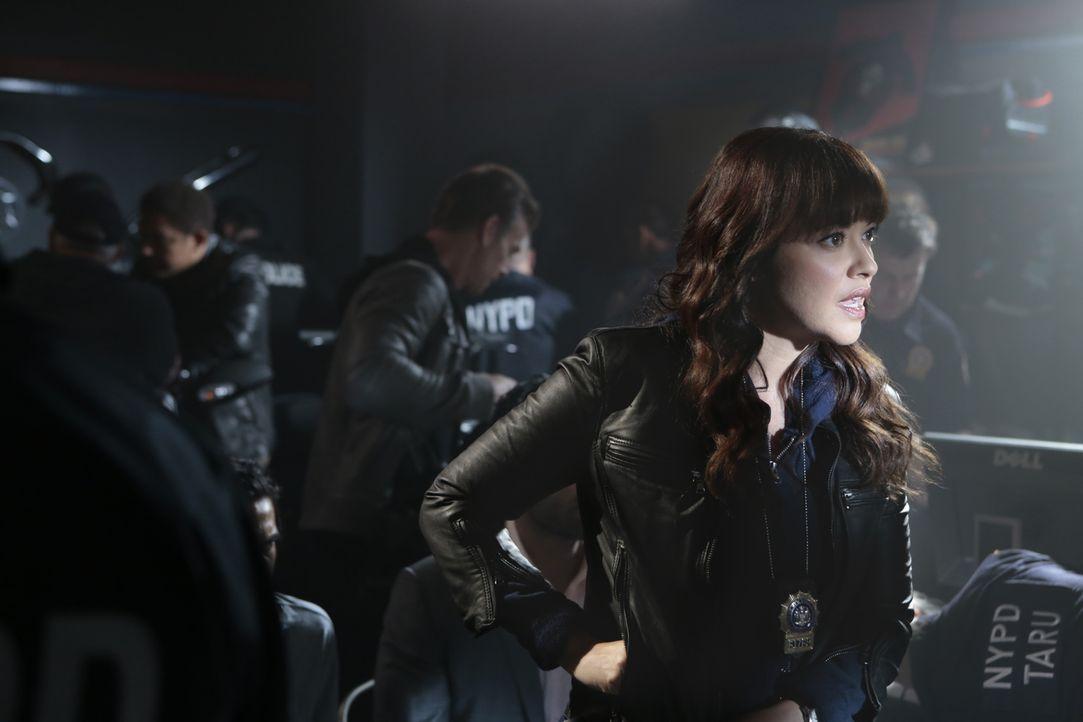 Baez (Marisa Ramirez) und Danny nehmen die Bombendrohung sehr ernst ... - Bildquelle: Giovanni Rufino 2015 CBS Broadcasting Inc. All Rights Reserved.