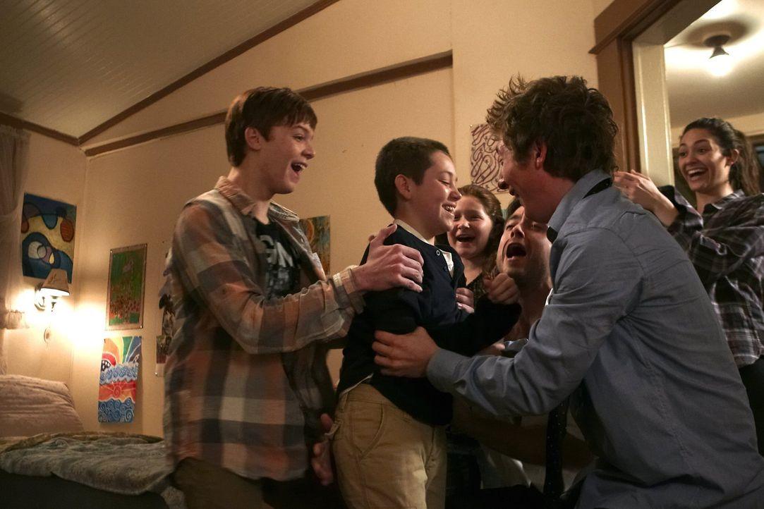Carls (Ethan Cutkosky, 2.v.l.) Schlagfertigkeit zeigt seine Vorteile: (v.l.n.r.) Ian (Cameron Monaghan), Debbie (Emma Kenney), Steve (Justin Chatwin... - Bildquelle: 2010 Warner Brothers