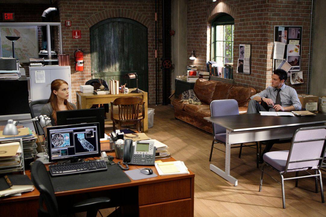 Versuchen einen Fall zu lösen, in dem eine Frau erwürgt aufgefunden wurde: Wayne (Owain Yeoman, r.) und Grace (Amanda Righetti, l.) ... - Bildquelle: Warner Bros. Television