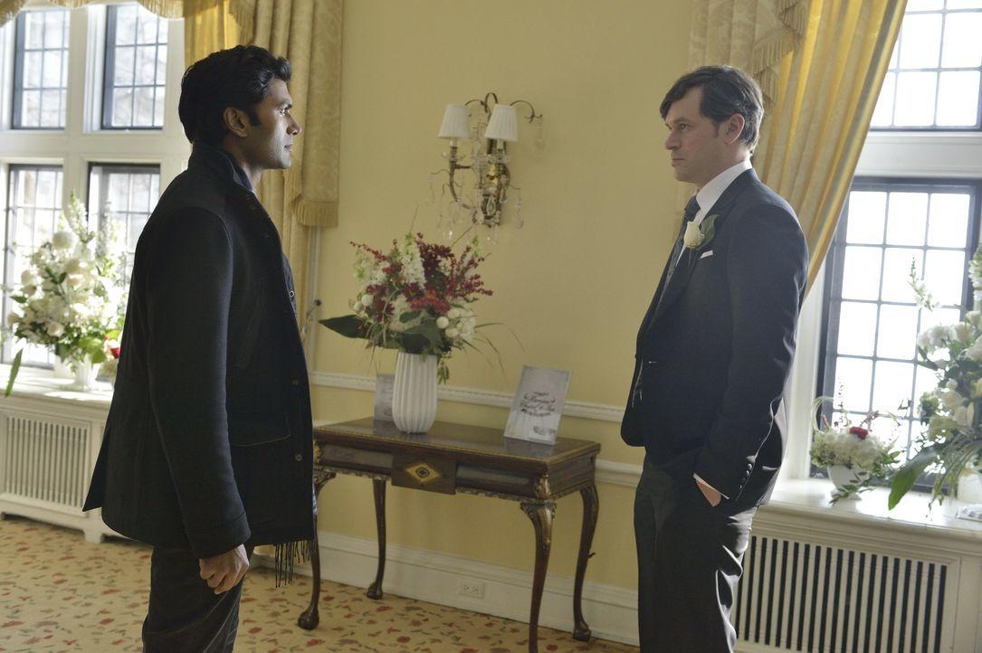 Als Sam (Tom Everett Scott, r.) bei einem Verhör Gabe (Sendhil Ramamurthy, l.) als einen regelmäßigen Besucher in seinem Gefängnis wiedererkennt, we... - Bildquelle: 2013 The CW Network, LLC. All rights reserved.