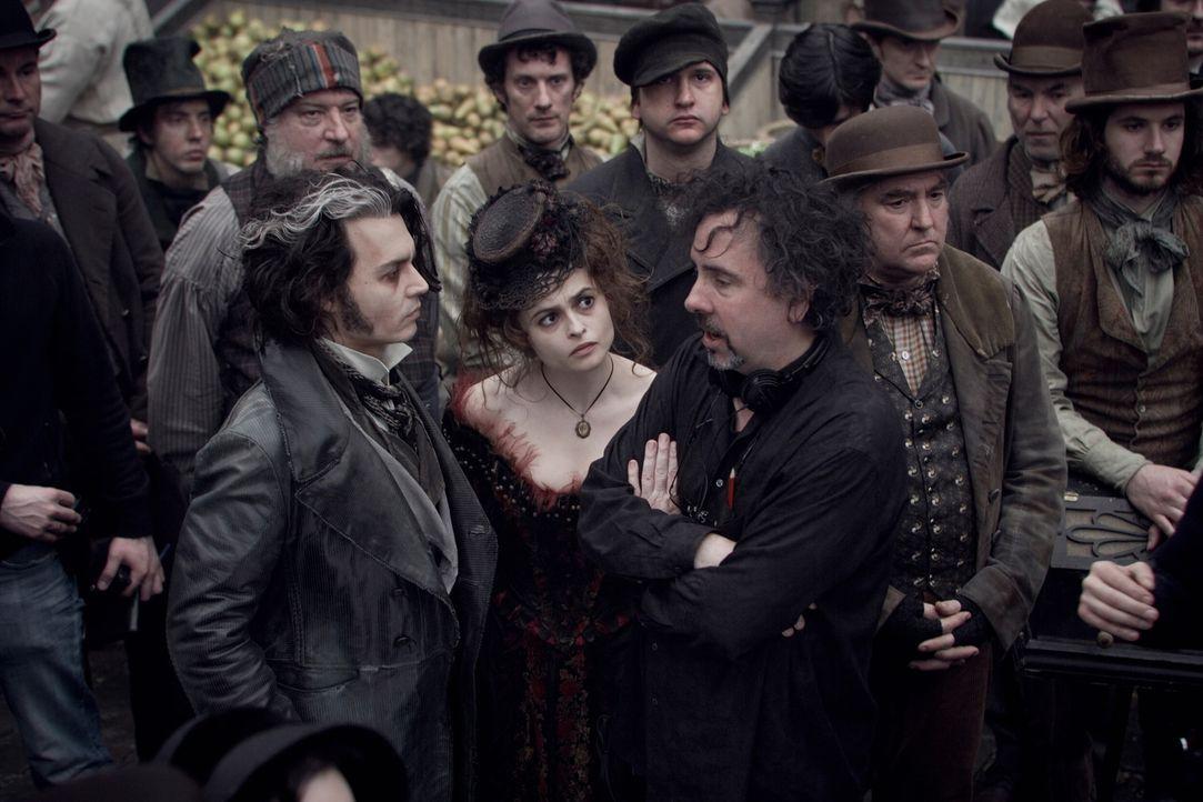 Regisseur Tim Burton, r. im Gespräch mit seinen Hauptdarstellern Johnny Depp, l. und Helena Bonham Carter, M. - Bildquelle: Warner Bros.