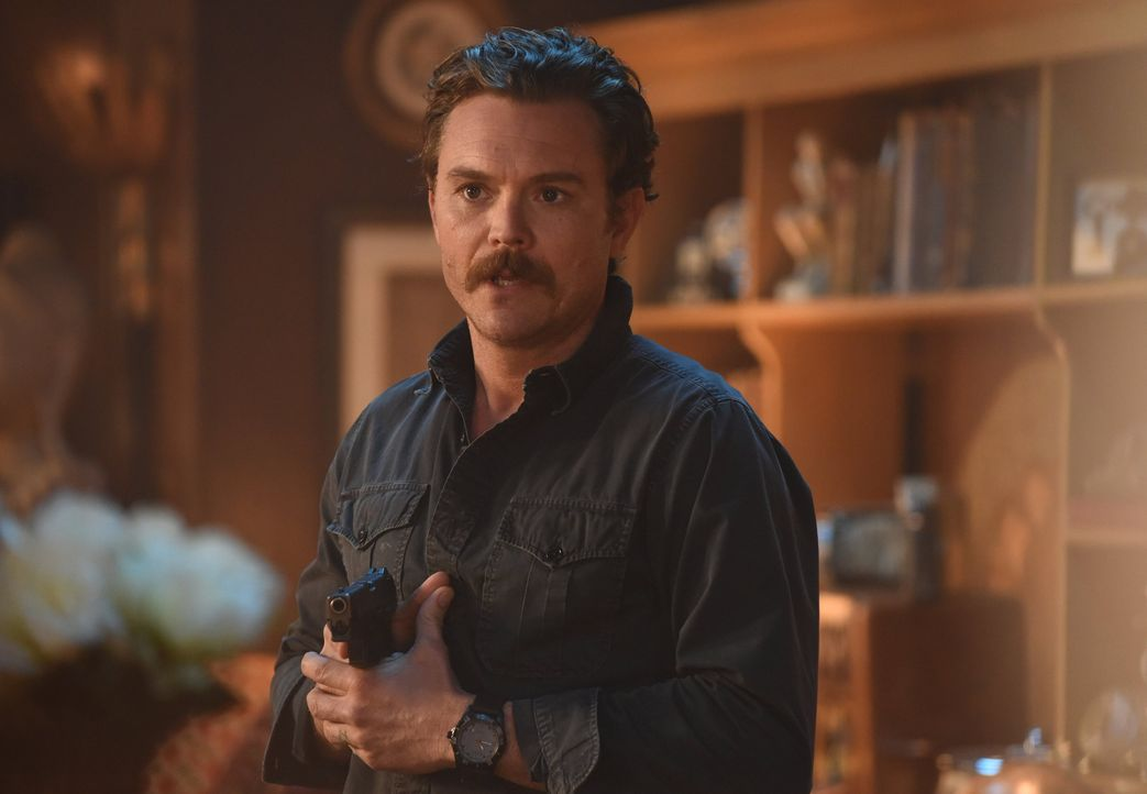 Während Riggs (Clayne Crawford) im neuen Fall kein Risiko scheut, beschäftigt ihn auch sein Vater, doch die Beziehung zu ihm ist weiterhin schwierig... - Bildquelle: Warner Brothers