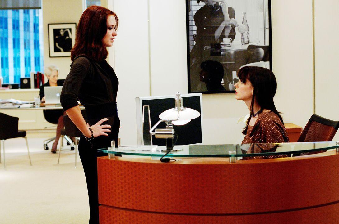 Als sich Andy (Anne Hathaway, r.) plötzlich vollkommen verändert und an die Glitzerwelt in NYC anpasst, macht sich Mirandas erste Assistentin Emily... - Bildquelle: 2006 Twentieth Century Fox