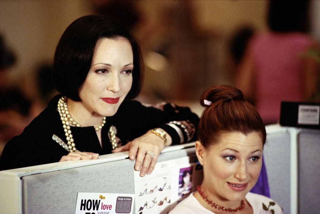 Als die Tratsch-Kolumnistin Michelle (Kathryn Hahn, r.) - schon wieder - von ihrem Freund verlassen wird, kommt Chefredakteurin Lana (Bebe Neuwith,... - Bildquelle: Paramount Pictures