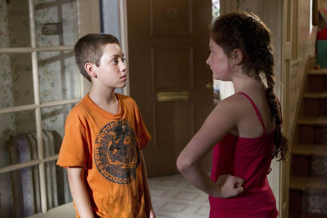 An wen hat Carl (Ethan Cutkosky, l.) Franks Zimmer vermietet? Debbie (Emma Kenney, r.) kann nicht glauben, was ihr kleiner Bruder in ihrem Haus vera... - Bildquelle: 2010 Warner Brothers