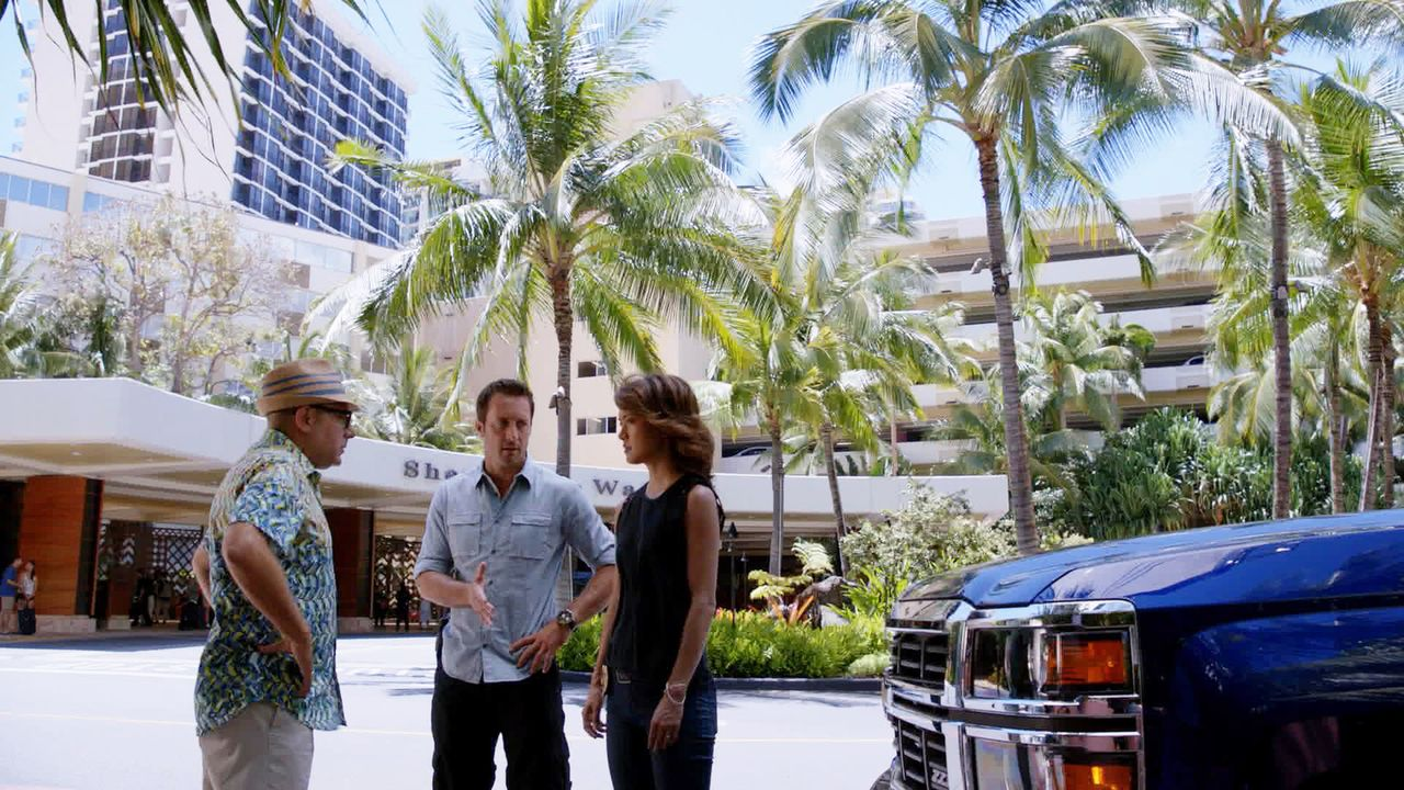 Steve (Alex O'Loughlin, M.) und Kono (Grace Park, r.) ermitteln in einem neuen Fall und stoßen dabei auf Gerard Hirsch (Willie Garson, l.). Doch was... - Bildquelle: 2015 CBS Broadcasting, Inc. All Rights Reserved