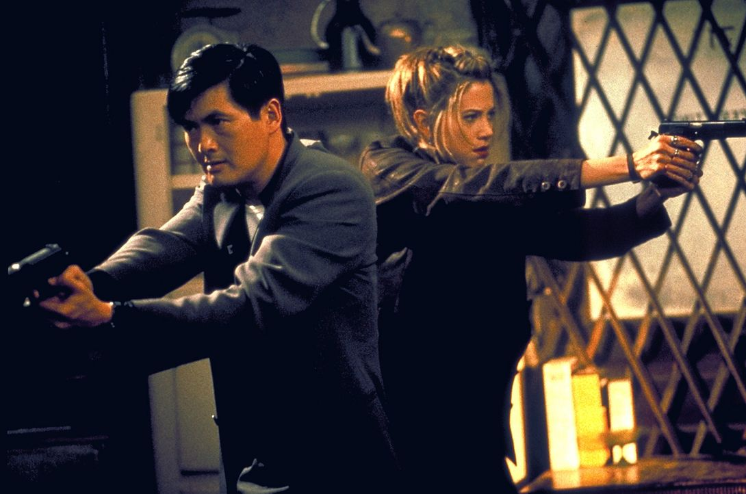 Ein starkes Team: John Lee (Chow Yun-Fat, l.) und Meg Coburn (Mira Sorvino, r.) ... - Bildquelle: Columbia Tri-Star