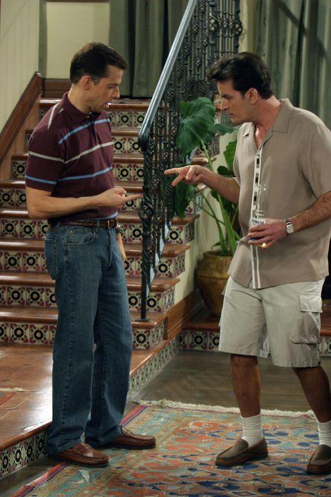 Planen eine Party für ihre Mutter: Alan (Jon Cryer, l.) und Charlie (Charlie Sheen, r.) ... - Bildquelle: Warner Bros. Television
