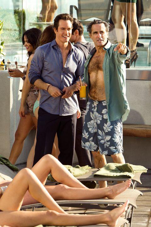 Auf einer coolen Benefiz-Party lernt Peter Bash (Mark-Paul Gosselaar, l.) den legendären Medienboss Big Mack (Robin Thomas Grossman, r.) kennen, ein... - Bildquelle: 2011 Sony Pictures Television Inc. All Rights Reserved.