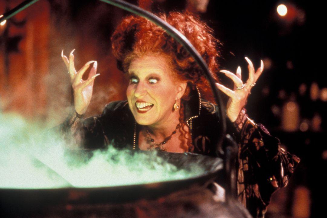 Kaum aus ihrem 300-jährigem Todesschlaf erwacht, plant die böse Hexe Winifred (Bette Midler) auch schon die nächste Schweinerei ...... - Bildquelle: The Walt Disney Company. All Rights Reserved