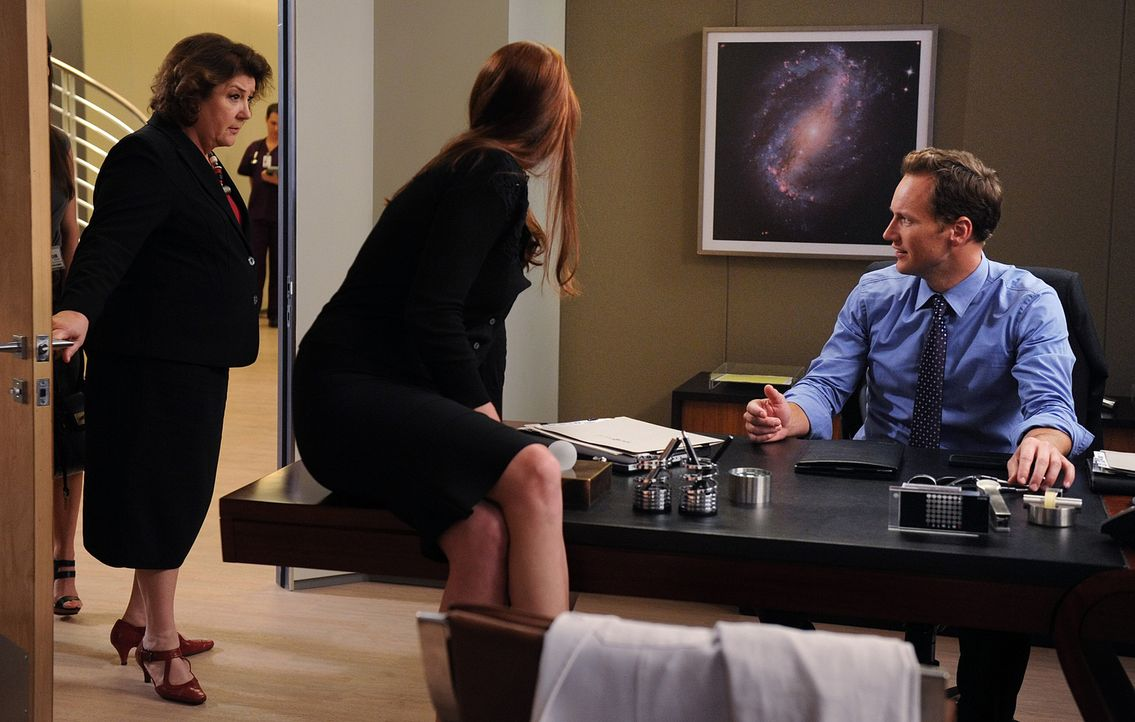 Rita Perkins-Hall (Margo Martindale, l.) ahnt nicht, dass Dr. Michael Holt (Patrick Wilson, r.) Besuch von seiner Ex-Frau Anna Paul (Jennifer Ehle,... - Bildquelle: 2011 CBS BROADCASTING INC. ALL RIGHTS RESERVED