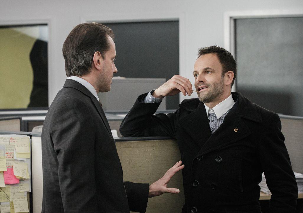 Vor dem Polizeigericht erinnert sich Holmes (Jonny Lee Miller, r.) daran, wie er vor Jahren James Dylan (Danny Mastrogiorgio, l.) verhört hat. Dylan... - Bildquelle: CBS Television