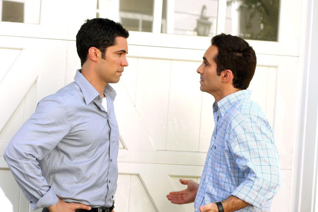 Mike (Nestor Carbonell, r.) bekommt Besuch von seinem Bruder Scott (Danny Pino, l.) bezüglich eines Kindesmissbrauchs ... - Bildquelle: Warner Bros. Television