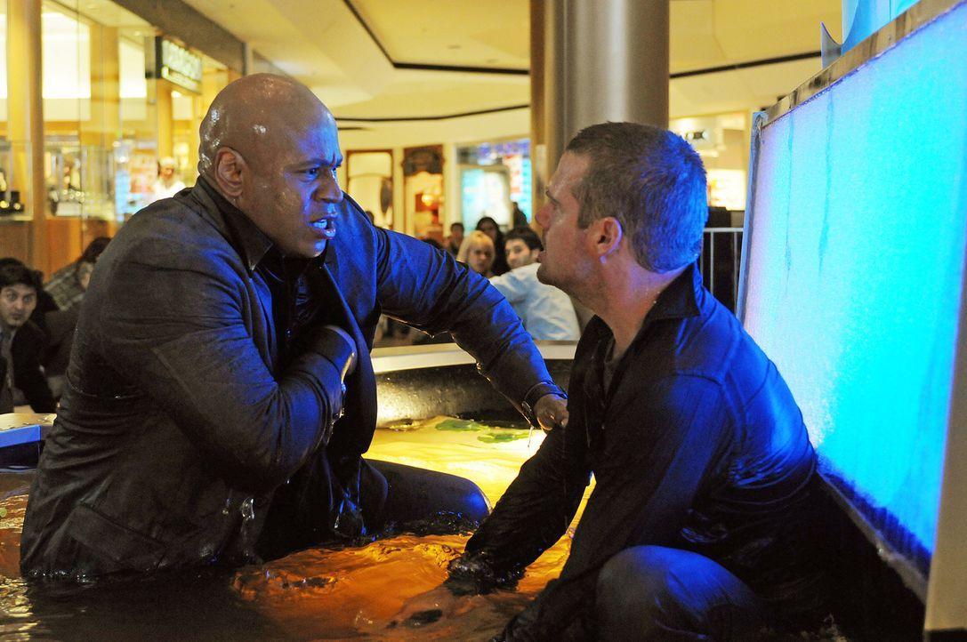 Ein neuer rätselhafter Fall wartet auf Callen (Chris O'Donnell, r.) und Sam (LL Cool J, l.) ... - Bildquelle: CBS Studios Inc. All Rights Reserved.