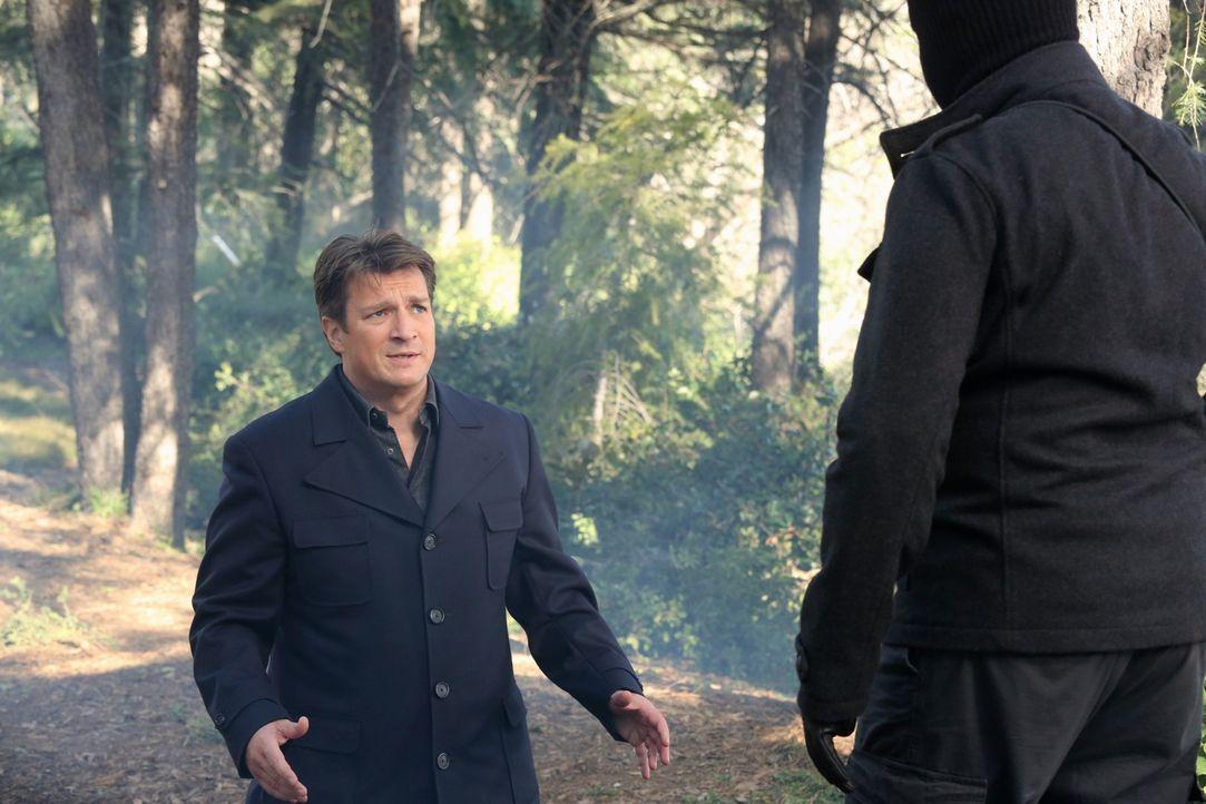Völlig hilflos kniet Richard Castle (Nathan Fillion, l.) vor einem der Entführer seiner Tochter. Wird der seine Drohung, ihn zu erschießen, wirklich... - Bildquelle: 2013 American Broadcasting Companies, Inc. All rights reserved.