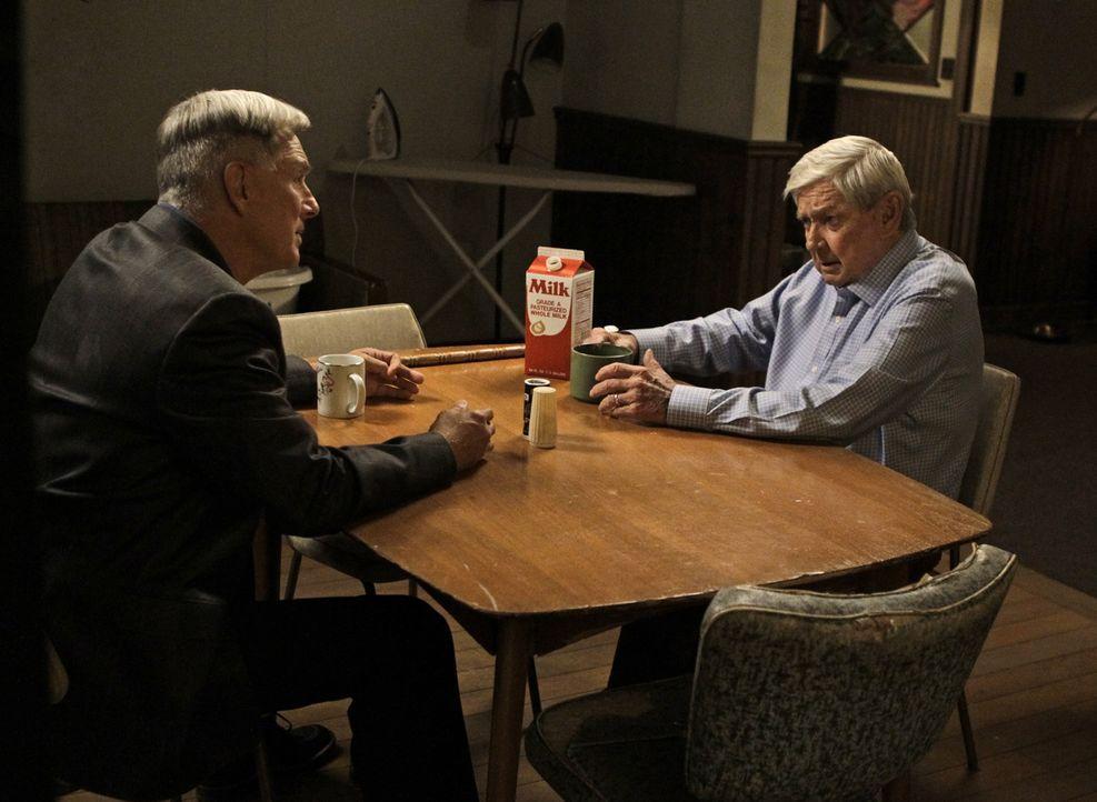 Müssen sich mit einem Menschen aus der Vergangenheit auseinandersetzen: Gibbs (Mark Harmon, l.) und sein Vater Jackson Gibbs (Ralph Waite, r.) ... - Bildquelle: CBS Television