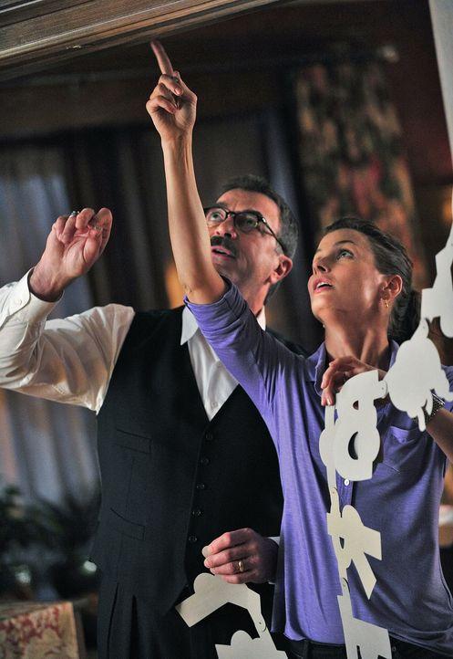 Jack hat Geburtstag und Frank (Tom Selleck, l.) trifft zusammen mit Erin (Bridget Moynahan, r.) die letzten Vorbereitungen ... - Bildquelle: 2010 CBS Broadcasting Inc. All Rights Reserved