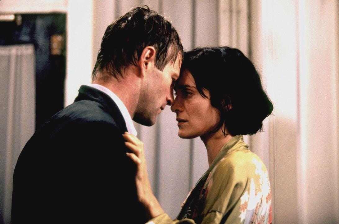 Kommen sich während der Ermittlungen näher: FBI-Agent Thomas Mackelway (Aaron Eckhart, l.) und seine attraktive Partnerin Fran Kulok (Carrie-Anne Mo... - Bildquelle: 2006 Sony Pictures Television International