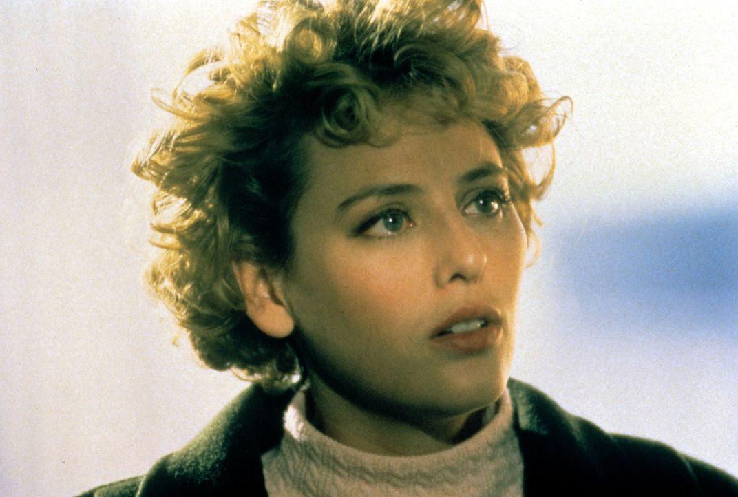 Helen (Virginia Madsen) kann der Versuchung, den fürchterlichen Candyman zu wecken, nicht wiederstehen und spricht ihren Namen fünfmal in einen Spie... - Bildquelle: TriStar Pictures