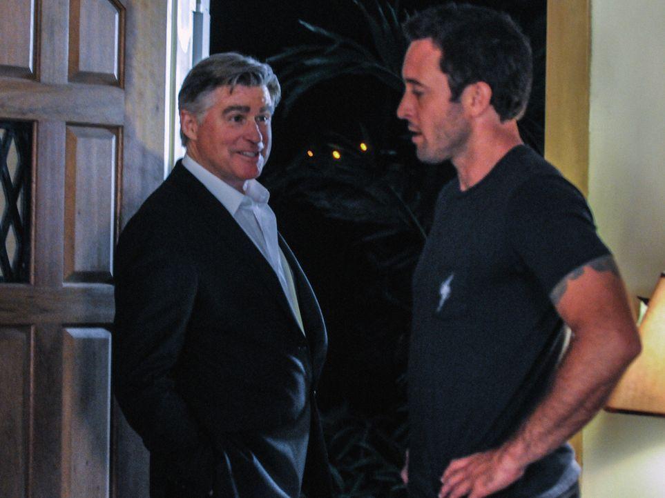 Steve (Alex O'Loughlin, r.) setzt einen alten Bekannten, der als Privatdetektiv (Treat Williams, l.) arbeitet, auf seine Mutter an, da er wissen wil... - Bildquelle: 2013 CBS Broadcasting, Inc. All Rights Reserved.
