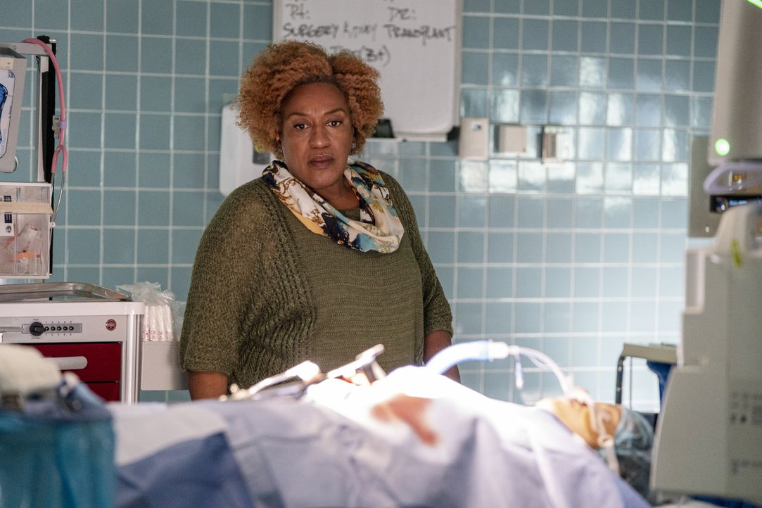 Dr. Loretta Wade (CCH Pounder) - Bildquelle: Skip Bolen 2018 CBS Broadcasting, Inc. All Rights Reserved. / Skip Bolen