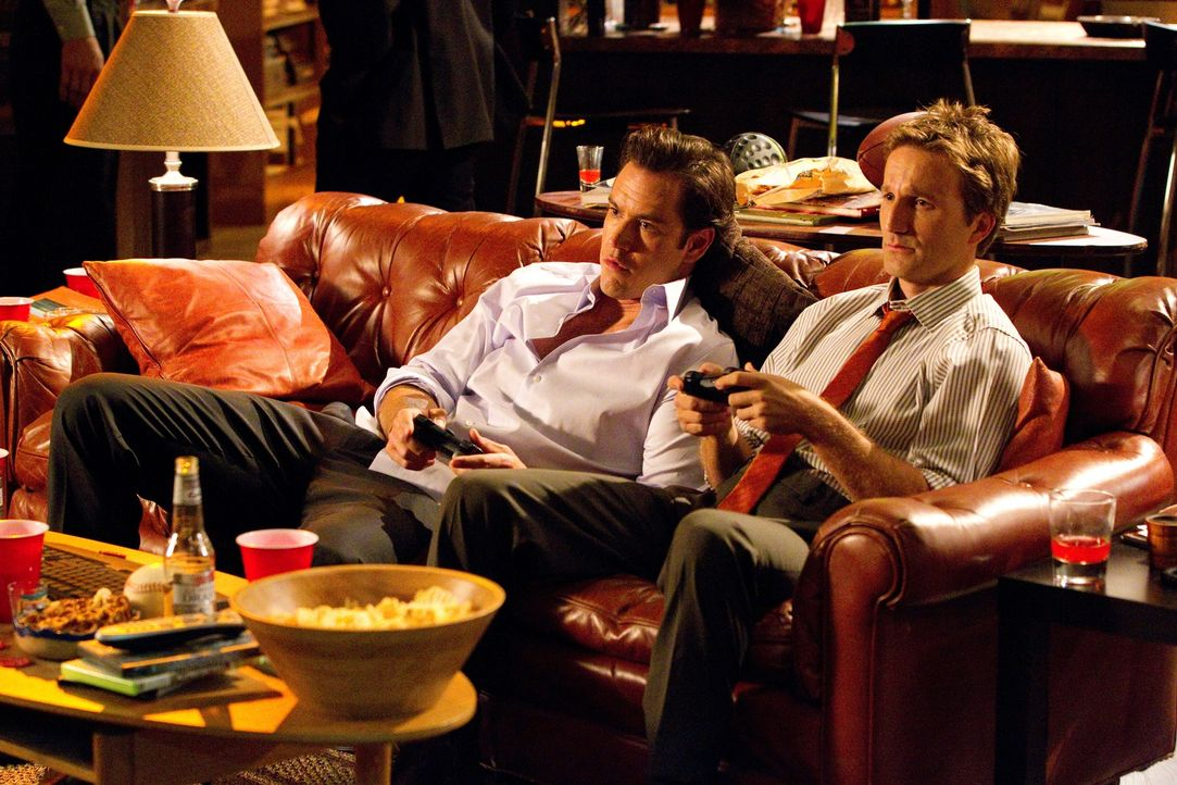 Ein starkes Team: Die smarten Anwälte Jared Franklin (Breckin Meyer, r.) und Peter Bash (Mark-Paul Gosselaar, l.) wurden von Stanton Infeld in seine... - Bildquelle: 2011 Sony Pictures Television Inc. All Rights Reserved.