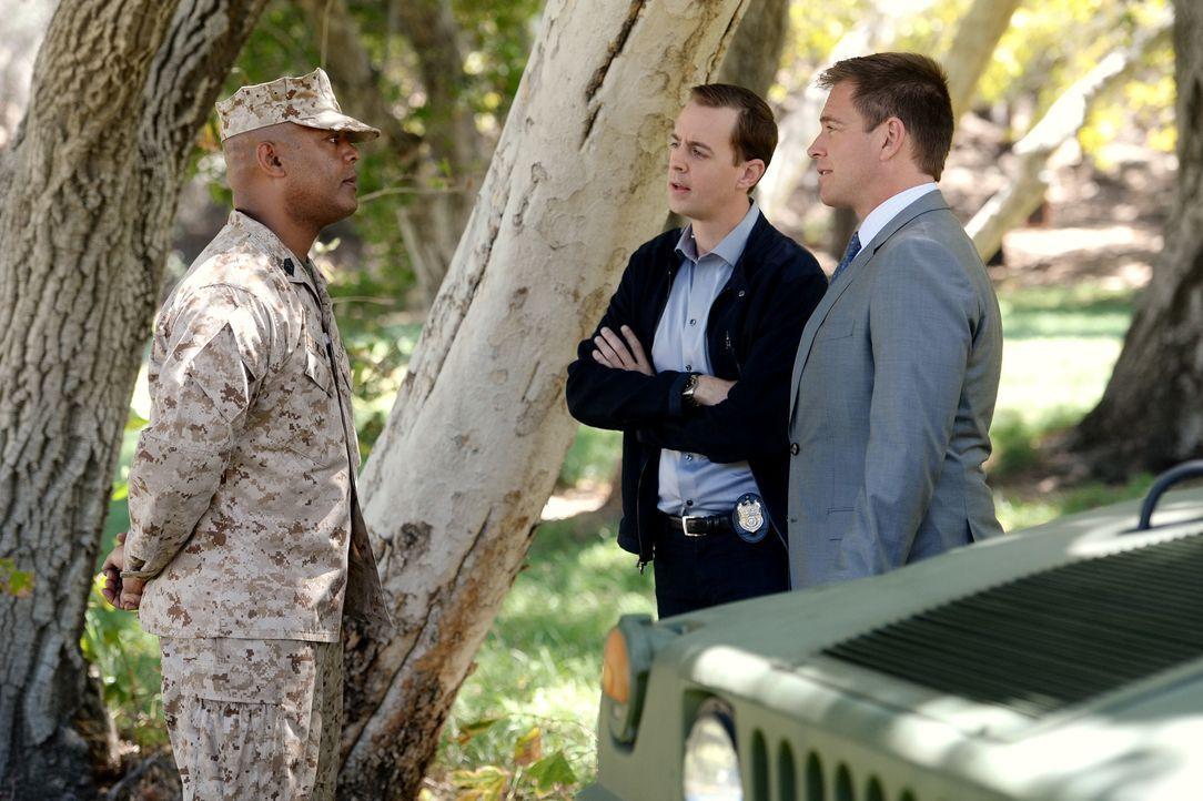 DiNozzo (Michael Weatherly, r.) und McGee (Sean Murray, M.) erhoffen sich von Marine Master Sergeant Ramsey Dillon (Jason E. Kelley, l.) Hinweise au... - Bildquelle: Darren Michaels CBS Television / Darren Michaels