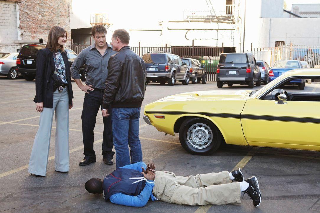 Mike Royce (Jason Beghe, r.) ist es gelungen, den Verdächtigen Random Pierce (Keith Robinson, liegend) zu stoppen. Castle (Nathan Fillion, 2.v.l.) i... - Bildquelle: 2010 American Broadcasting Companies, Inc. All rights reserved.