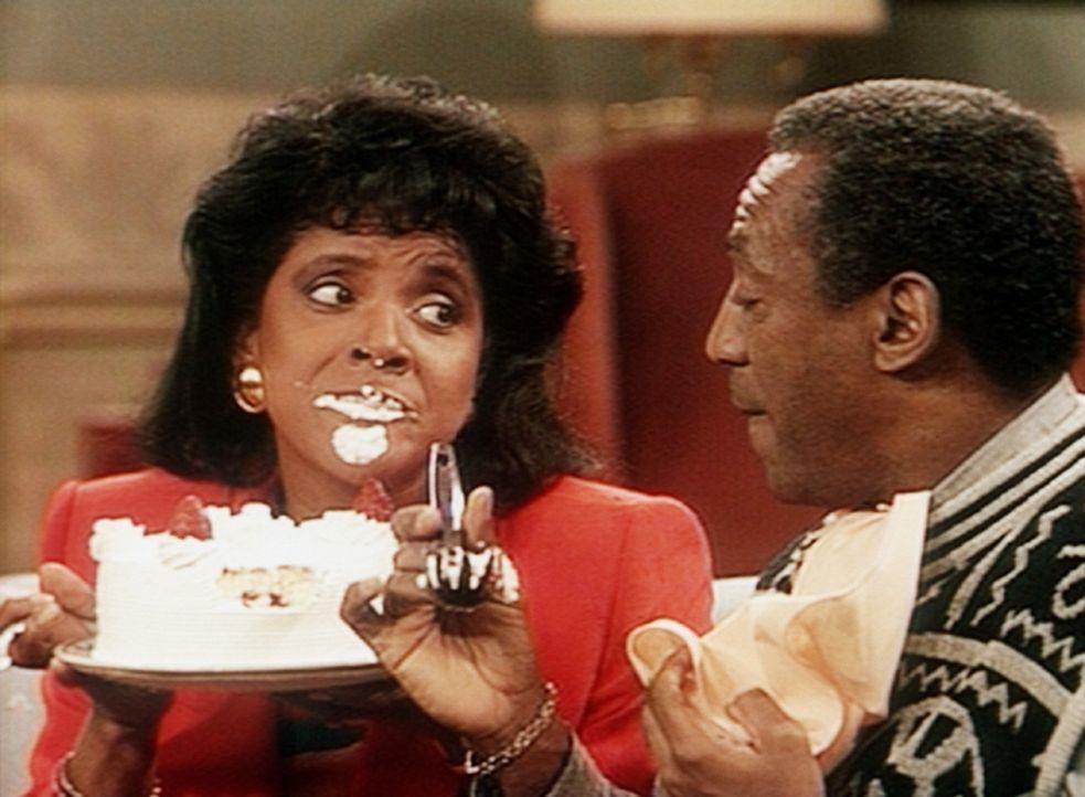 Mit schlechtem Gewissen gönnt sich Clair (Phylicia Rashad, l.) den dickmachenden Geburtstagskuchen, den Cliff (Bill Cosby) besorgt hat. - Bildquelle: Viacom