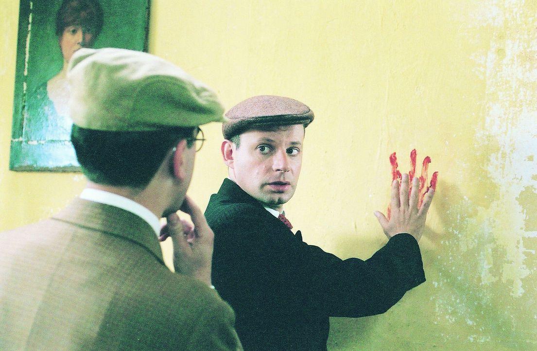 Der Journalist Joseph Rouletabille (Denis Podalydès, r.) zeigt seinem Kollegen Sainclair (Jean-Noël Brouté, l.) worauf er bei seinen Ermittlungen...