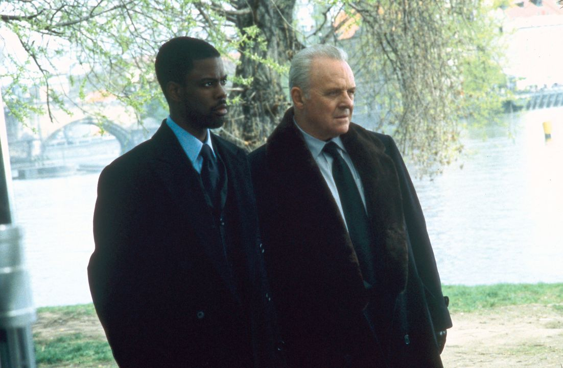 Allen Widerständen zum Trotz machen sich die CIA-Agenten Gaylord Oaks (Anthony Hopkins, r.) und Jake Hayes (Chris Rock, l.) daran, sich die Atombomb... - Bildquelle: Disney